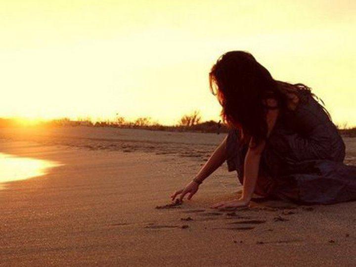 Ảnh cô gái cô đơn một mình trên biển