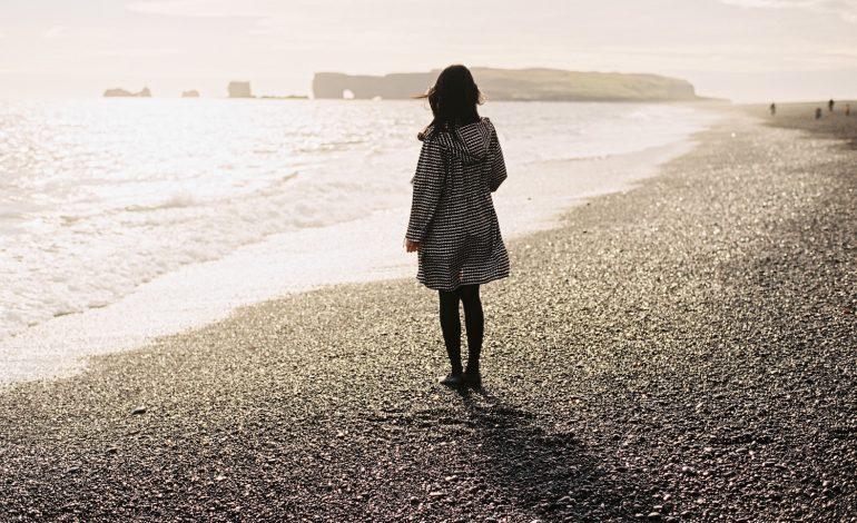 Ảnh cô gái cô đơn một mình