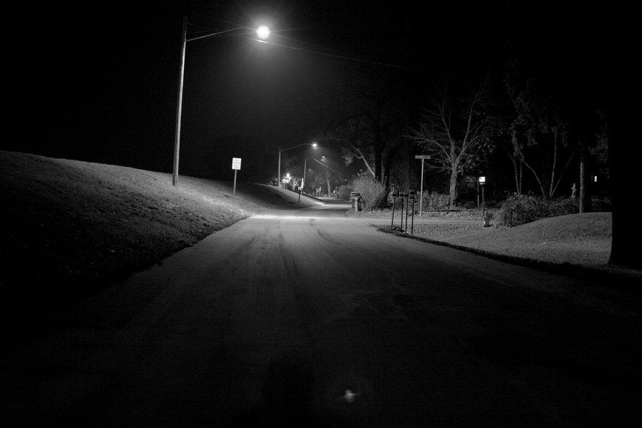 Hình ảnh con đường vắng cô đơn