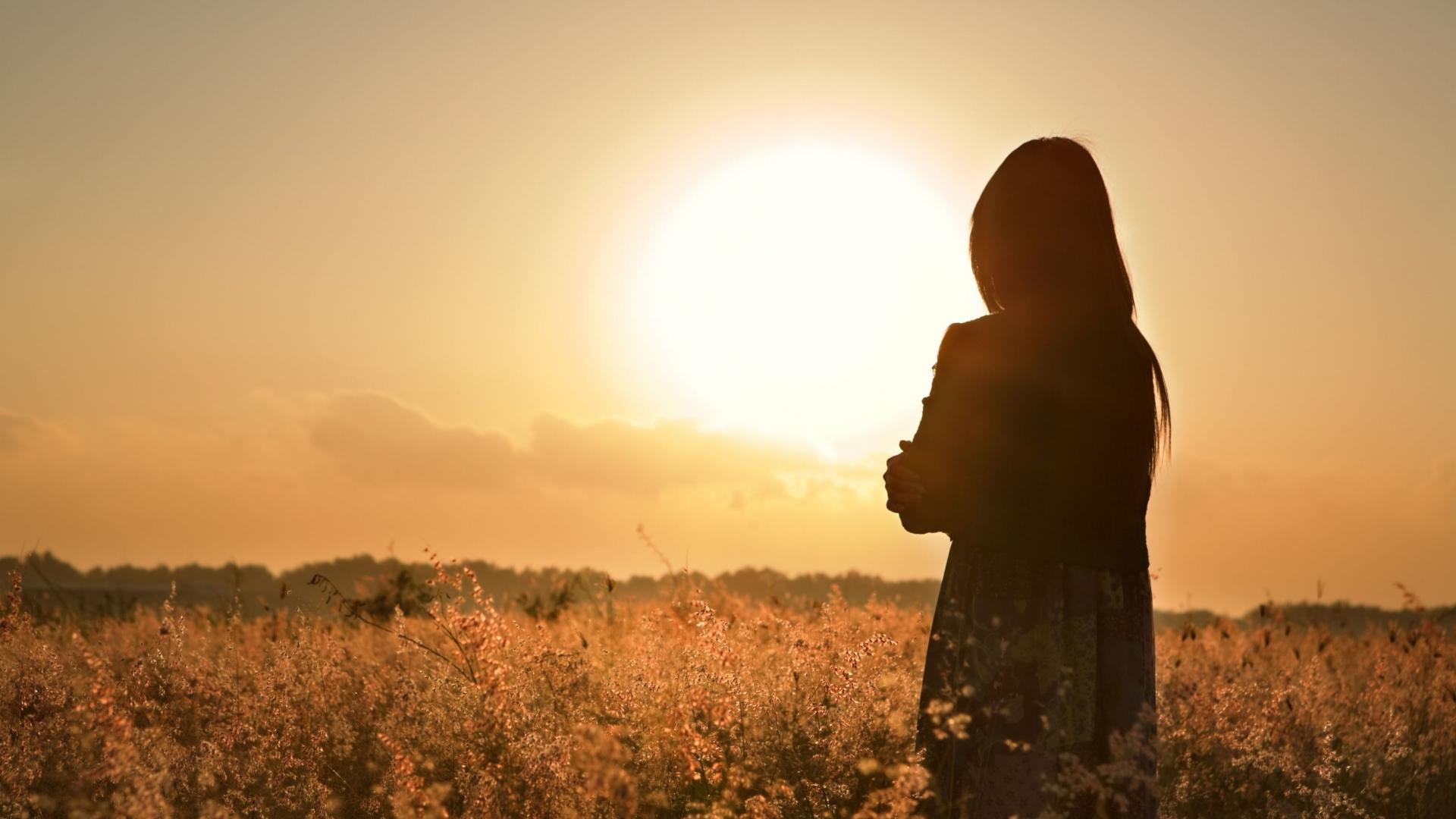 Hình ảnh người con gái cô đơn