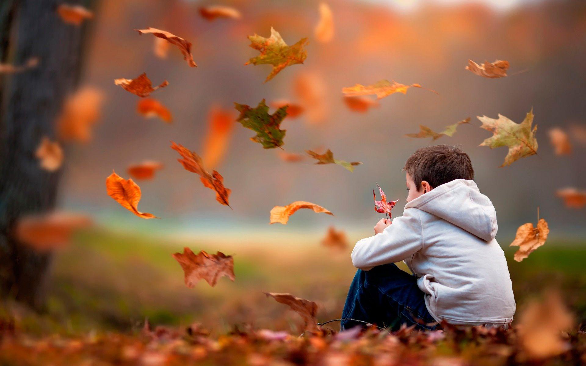 Hình ảnh bé trai buồn bã cô đơn trong cuộc sống