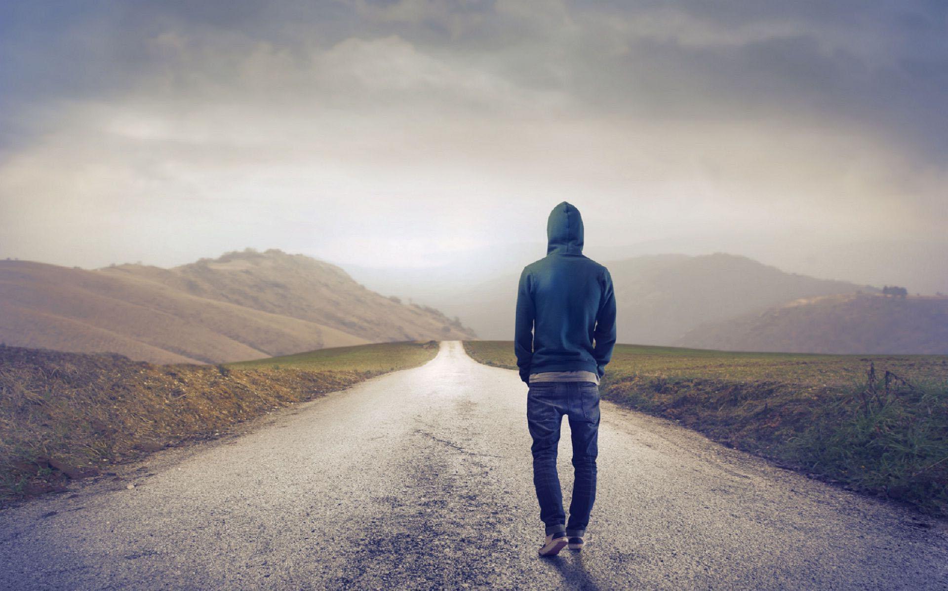 Hình ảnh bước đi lẻ loi buồn bã cô đơn của chàng trai
