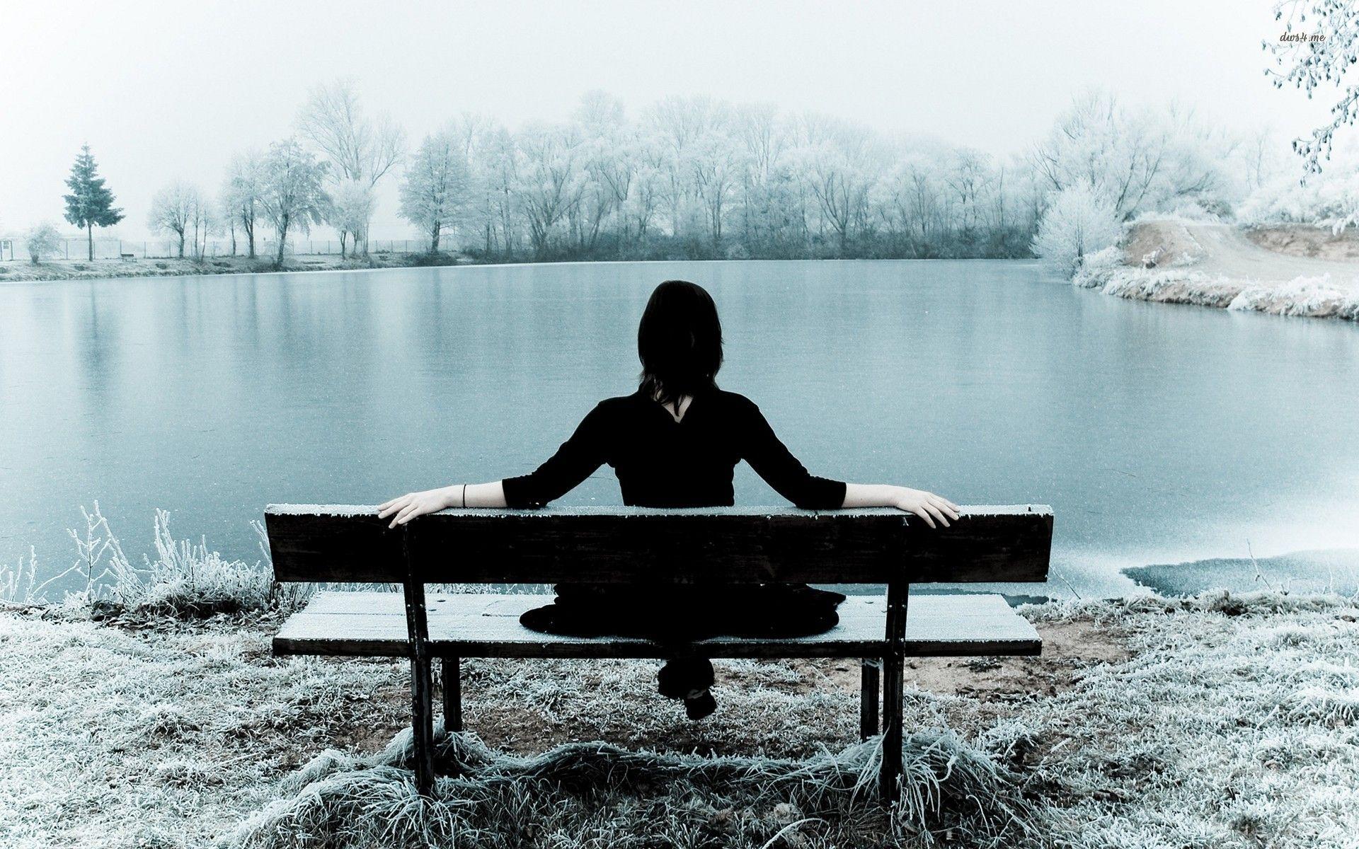 Hình ảnh cô đơn và buồn của cô gái