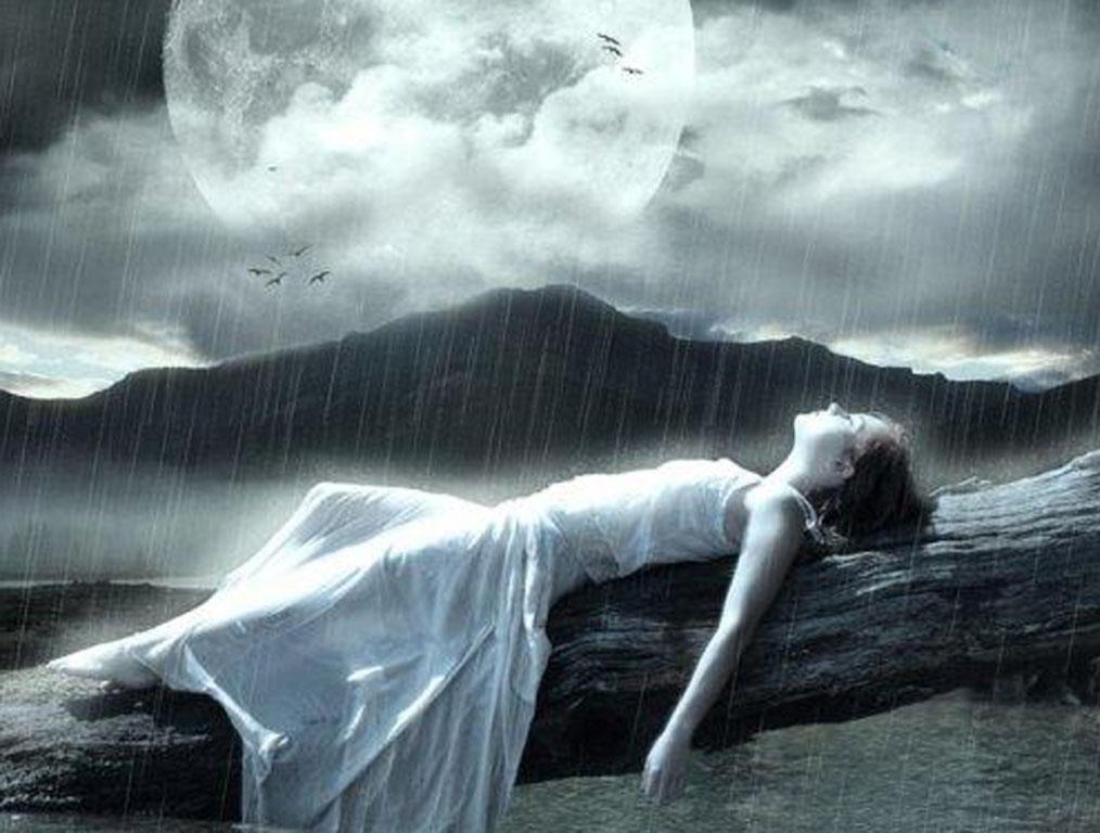 Hình ảnh cô gái buồn cô đơn trong mưa