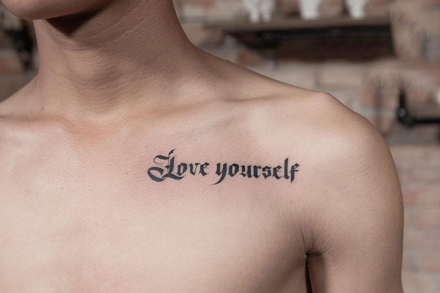 Hình xăm chữ ở ngực cho nam đẹp nhất