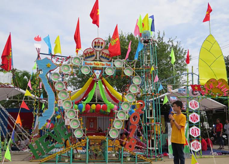 Cổng trại chào mừng 26-3 làm từ lá dừa