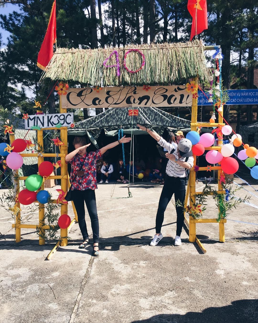 Cổng trại khẩu hiệu đoàn thanh niên Việt nam