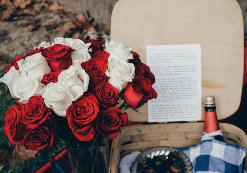 Hình ảnh hoa hồng Valentine và sách