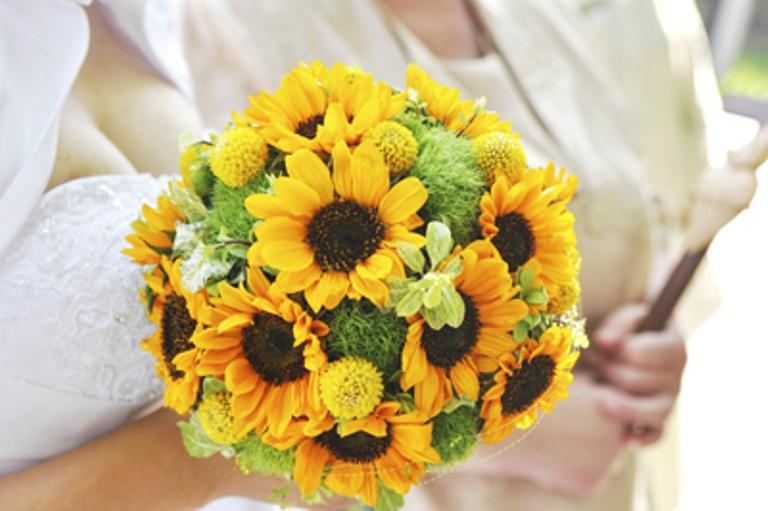 Ảnh mẫu hoa cưới cầm tay hoa hướng dương