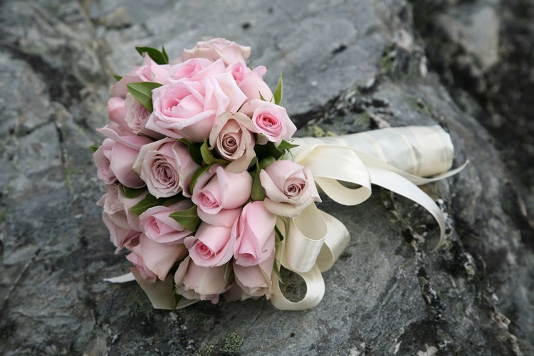 Bó hoa cầm tay cô dâu đẹp