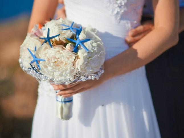 Bó hoa cưới sáng tạo độc đáo cầm tay cô dâu