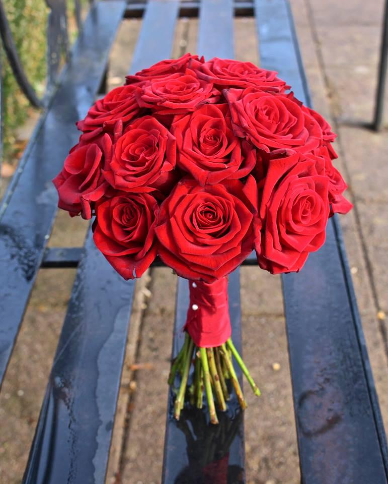 Bó hoa hồng đỏ cầm tay cô dâu đẹp