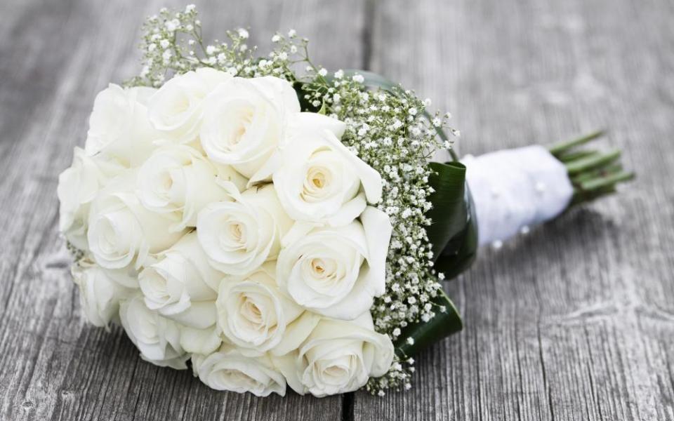 Hoa cưới cầm tay bằng hoa hồng trắng