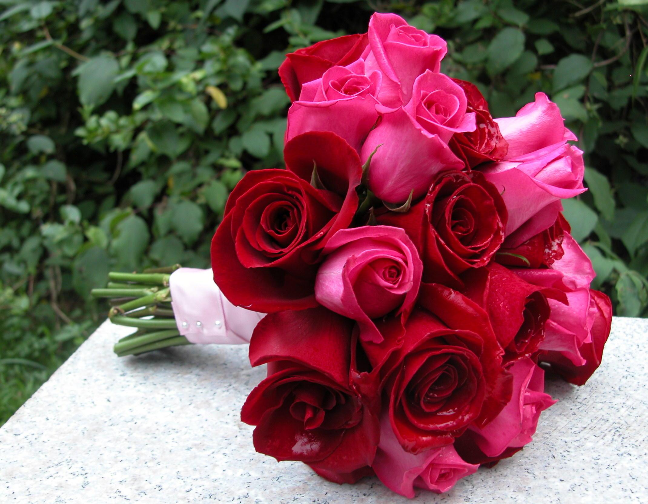 Hoa cưới cầm tay bằng hoa hồng