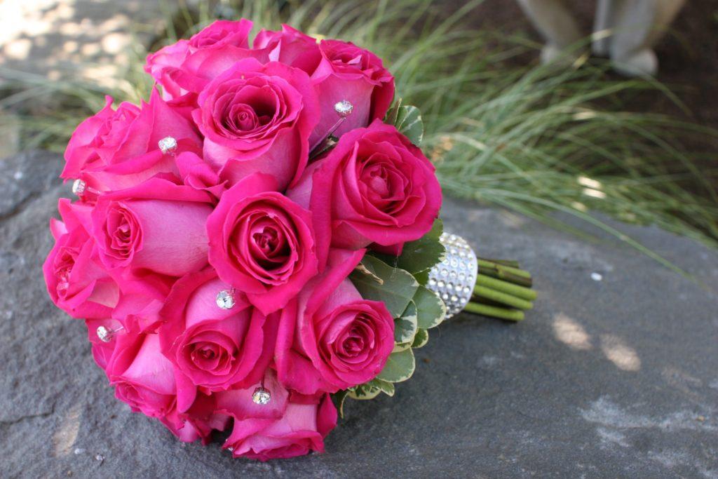 Hoa cưới cầm tay hoa hồng