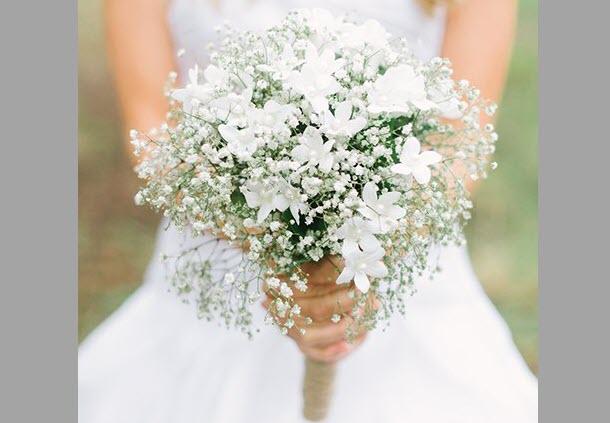 Hoa hồng cưới cầm tay cô dâu