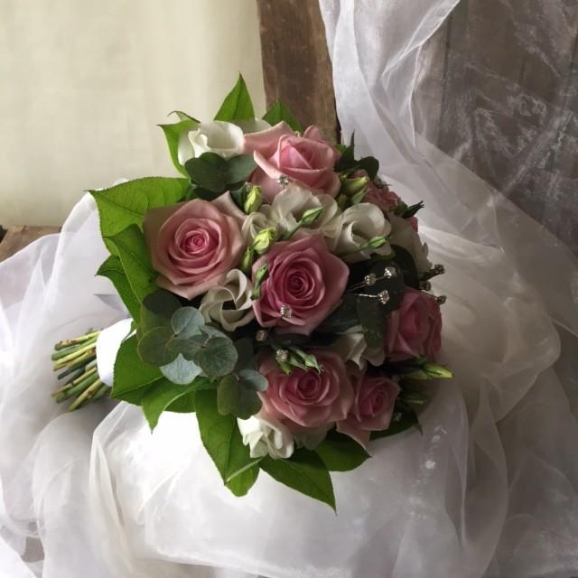 Mẫu bó hoa cầm tay cô dâu đẹp