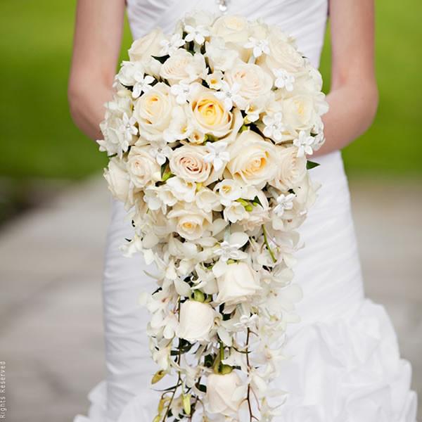 Mẫu hoa cưới cầm tay cô dâu đẹp rạng rỡ