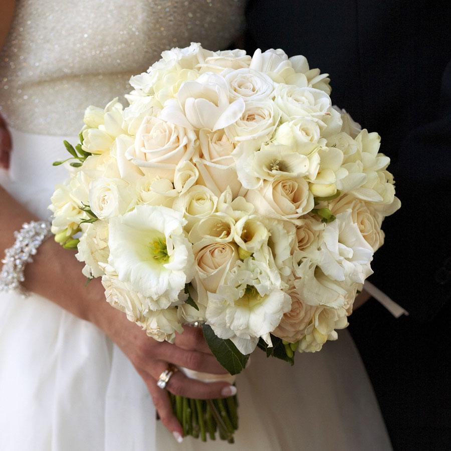 Mẫu hoa cưới cầm tay hoa hồng trắng đẹp