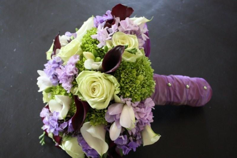 Mẫu hoa cưới tròn đẹp cho cô dâu cầm tay