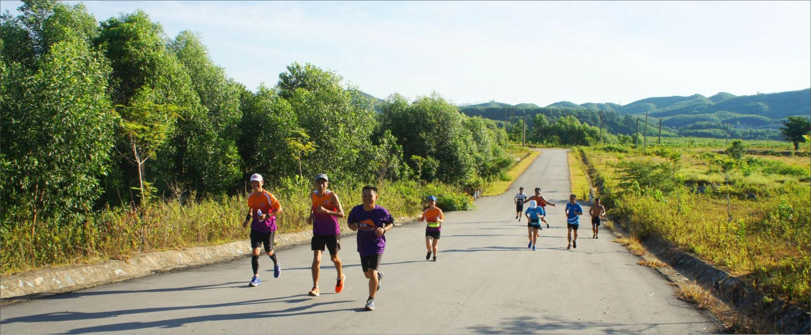 Hình ảnh quê hương chạy bộ trên đường quê
