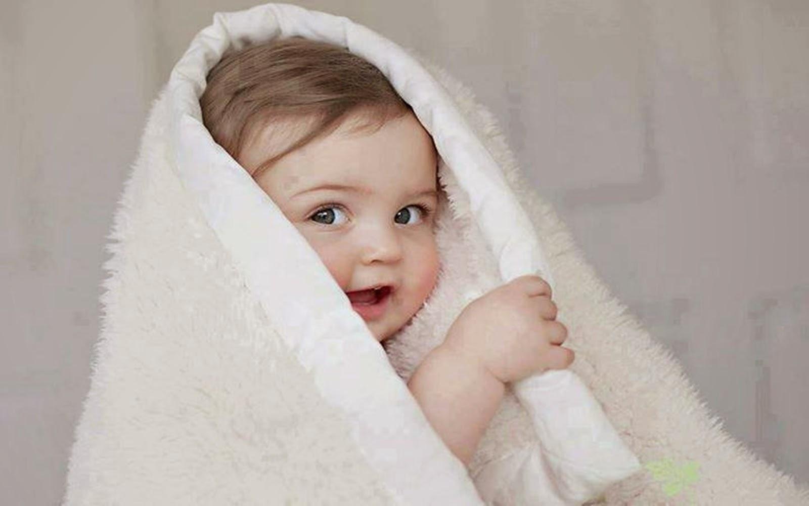 Đứa bé đáng yêu chùm khăn lông