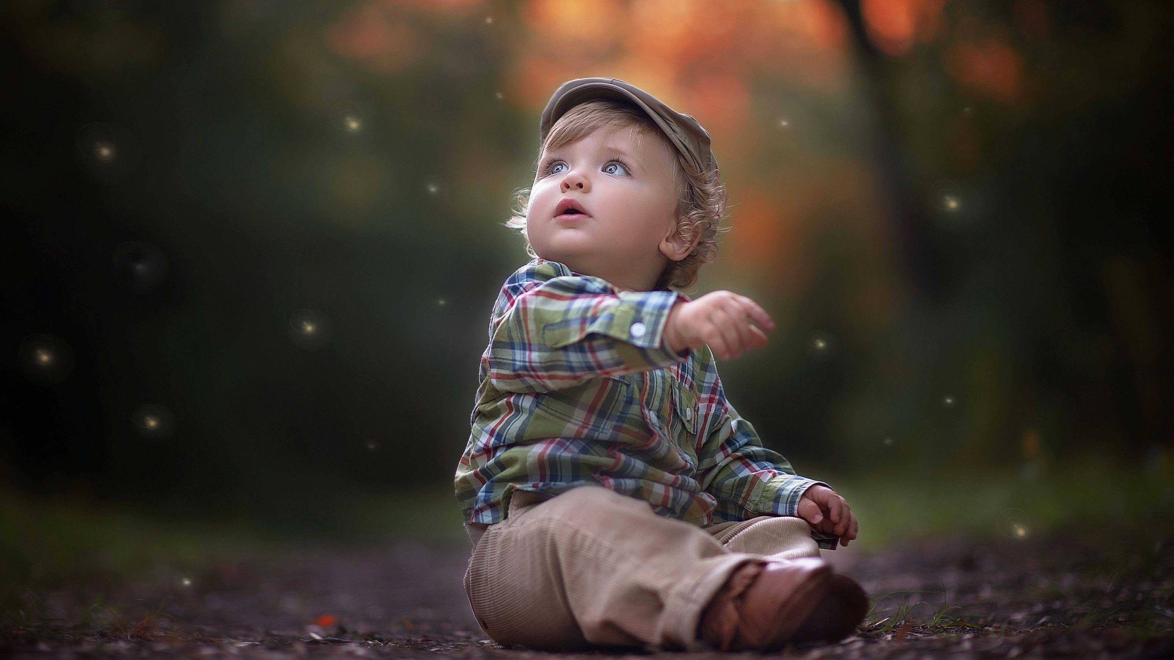 Em bé đáng yêu ngồi giữa đường cực xinh