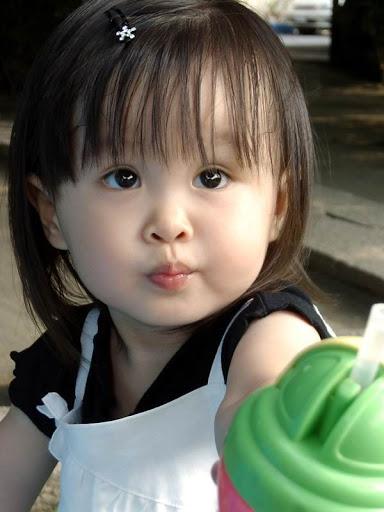 Em bé đáng yêu với đôi mắt tròn xoe