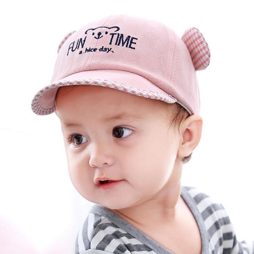 Em bé đội mũ gấu hồng rất xinh