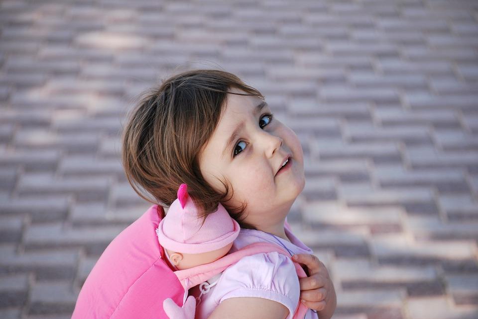 Em bé gái cute đáng yêu