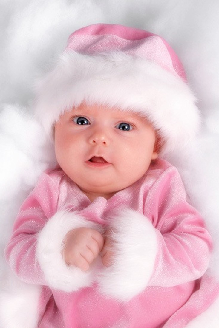 Em bé mặc đồ hồng đáng yêu vô cùng