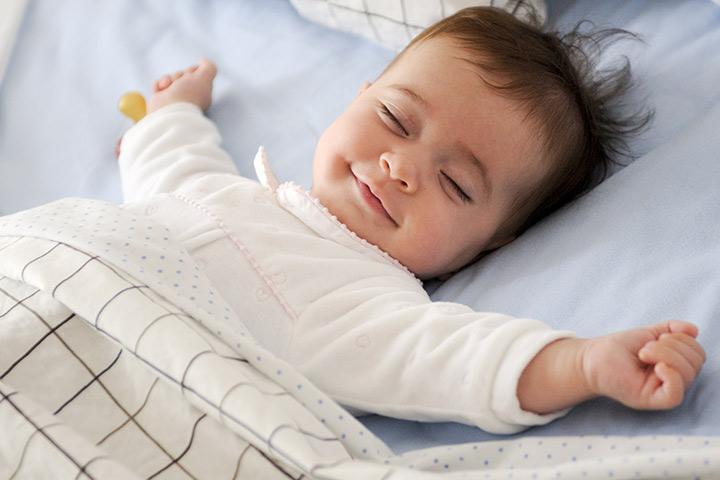 Em bé vừa ngủ vừa cười rất xinh xắn