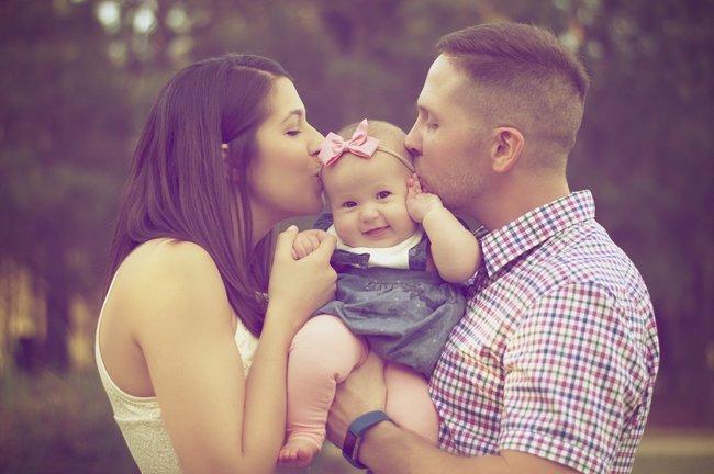 Em bé xinh xắn cùng gia đình hạnh phúc