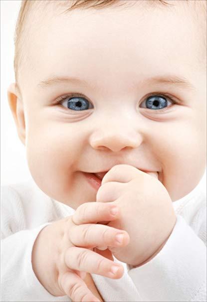 Hình ảnh em bé cực kỳ đáng yêu đang cắn ngón tay