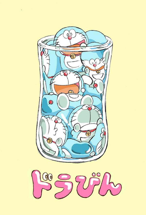 Hình ảnh một cái cốc đựng đầy Doraemon
