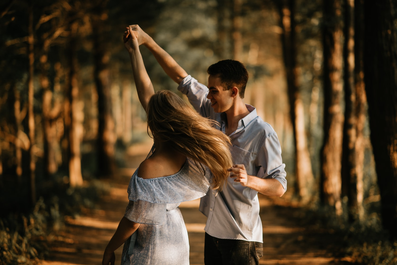 Ảnh tình yêu cực kỳ lãng mạn khiêu vũ trong rừng