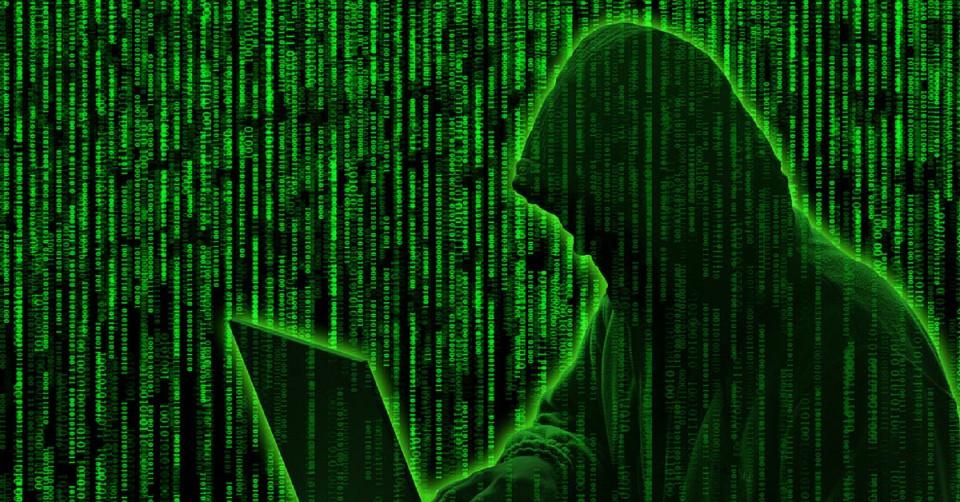 Hình ảnh Hacker mã nhị phân xanh nhìn màn hình