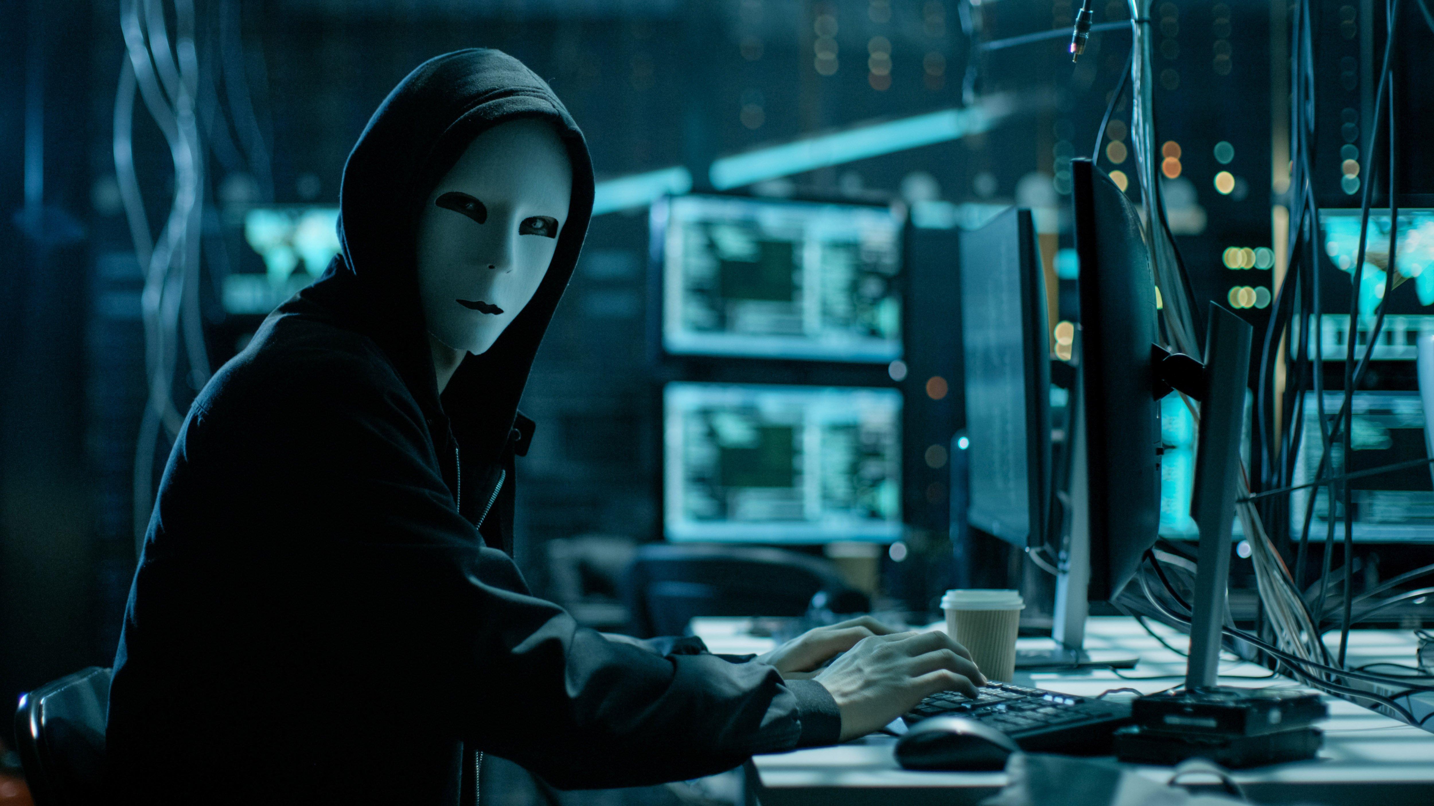 Hình ảnh Hacker nhìn màn hình gõ phím