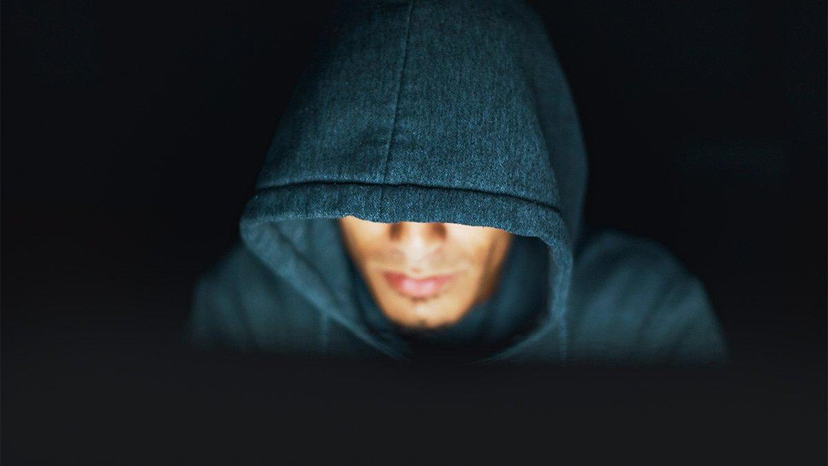 HÌnh ảnh Hacker nhìn máy tính