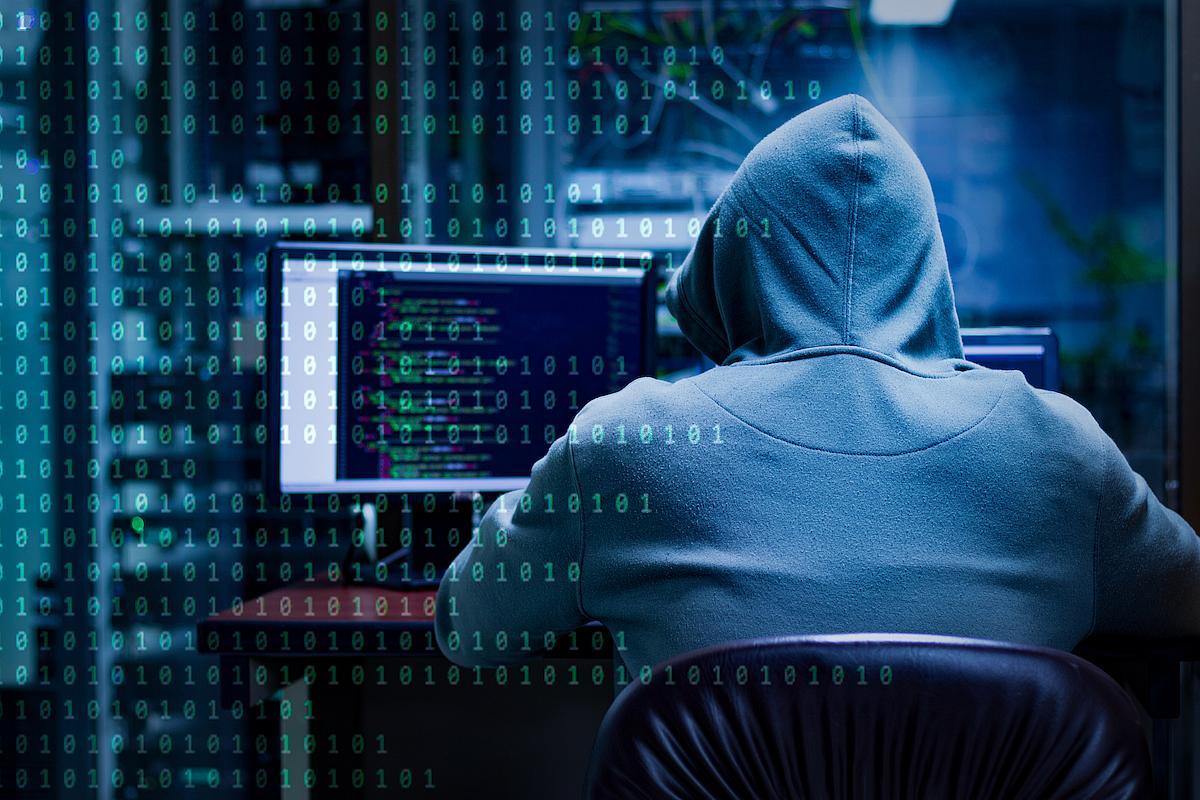 Hình ảnh Hacker nhìn từ phía sau lưng