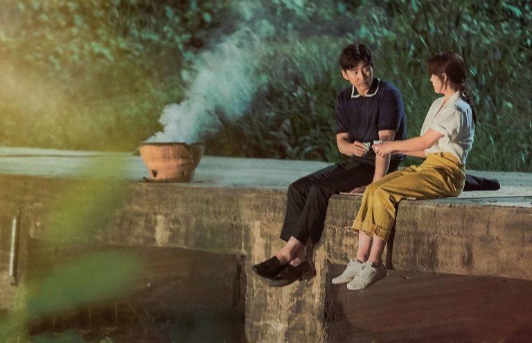 Hình ảnh lãng mạn anh và em ngồi bên nhau