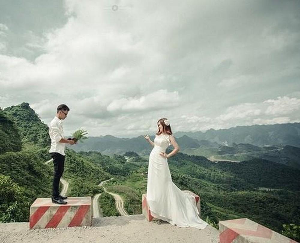 Hình ảnh lãng mạn anh và em trên đỉnh núi mây mù