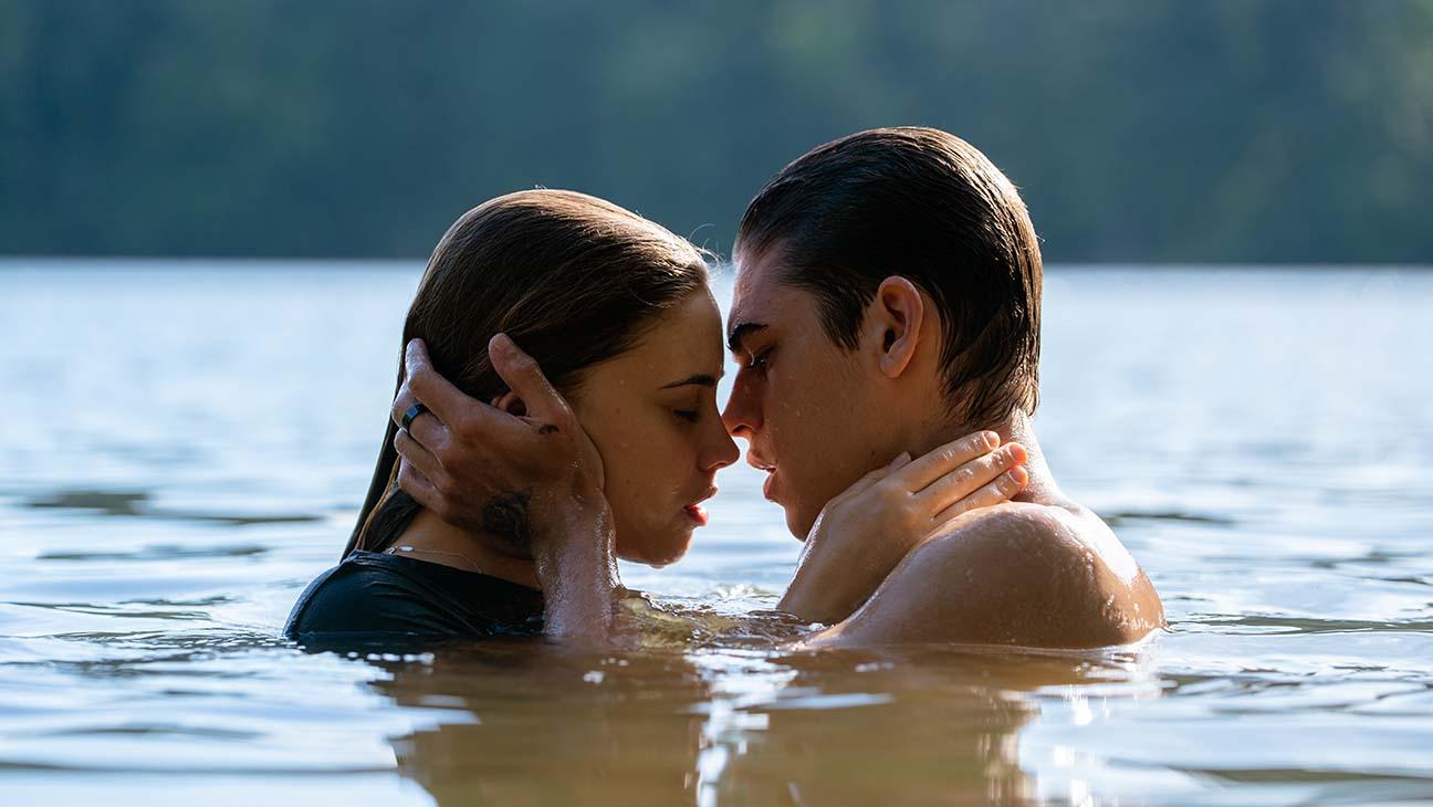 Hình ảnh lãng mạn bên nhau dưới nước