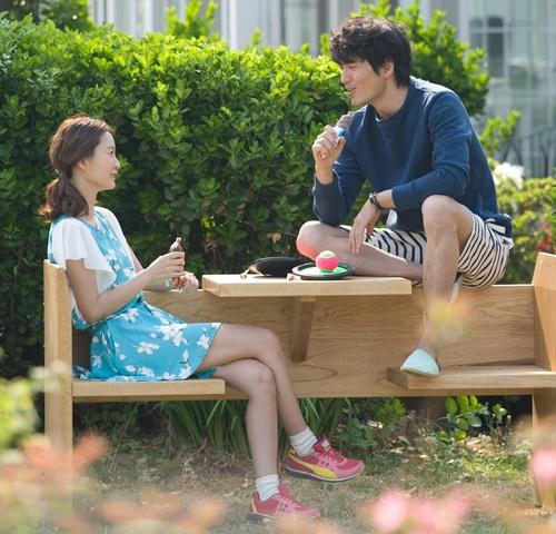 Hình ảnh lãng mạn của cặp đôi ngồi bên nhau