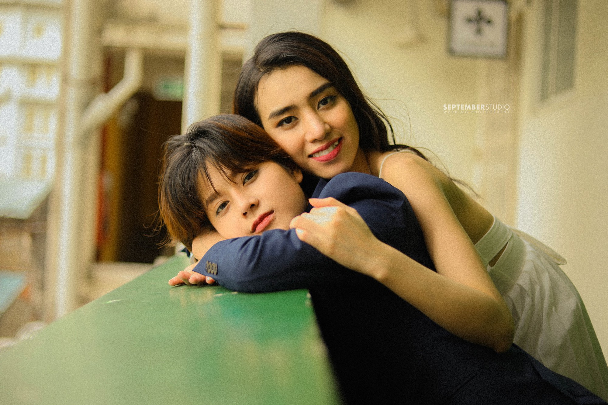 Hình ảnh lãng mạn của hai cô gái đáng yêu