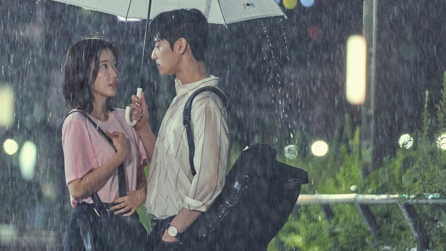 Hình ảnh lãng mạn đứng với nhau dưới mưa