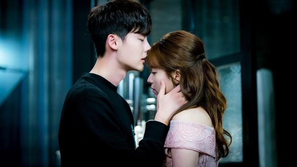 Hình ảnh lãng mạn hôn vào trái em