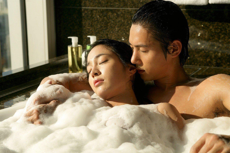 Hình ảnh tình yêu cùng tắm bên nhau lãng mạn
