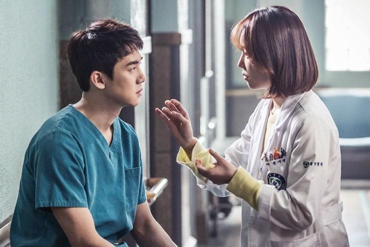 Hình ảnh tình yêu giữa đôi bác sĩ rất lãng mạn