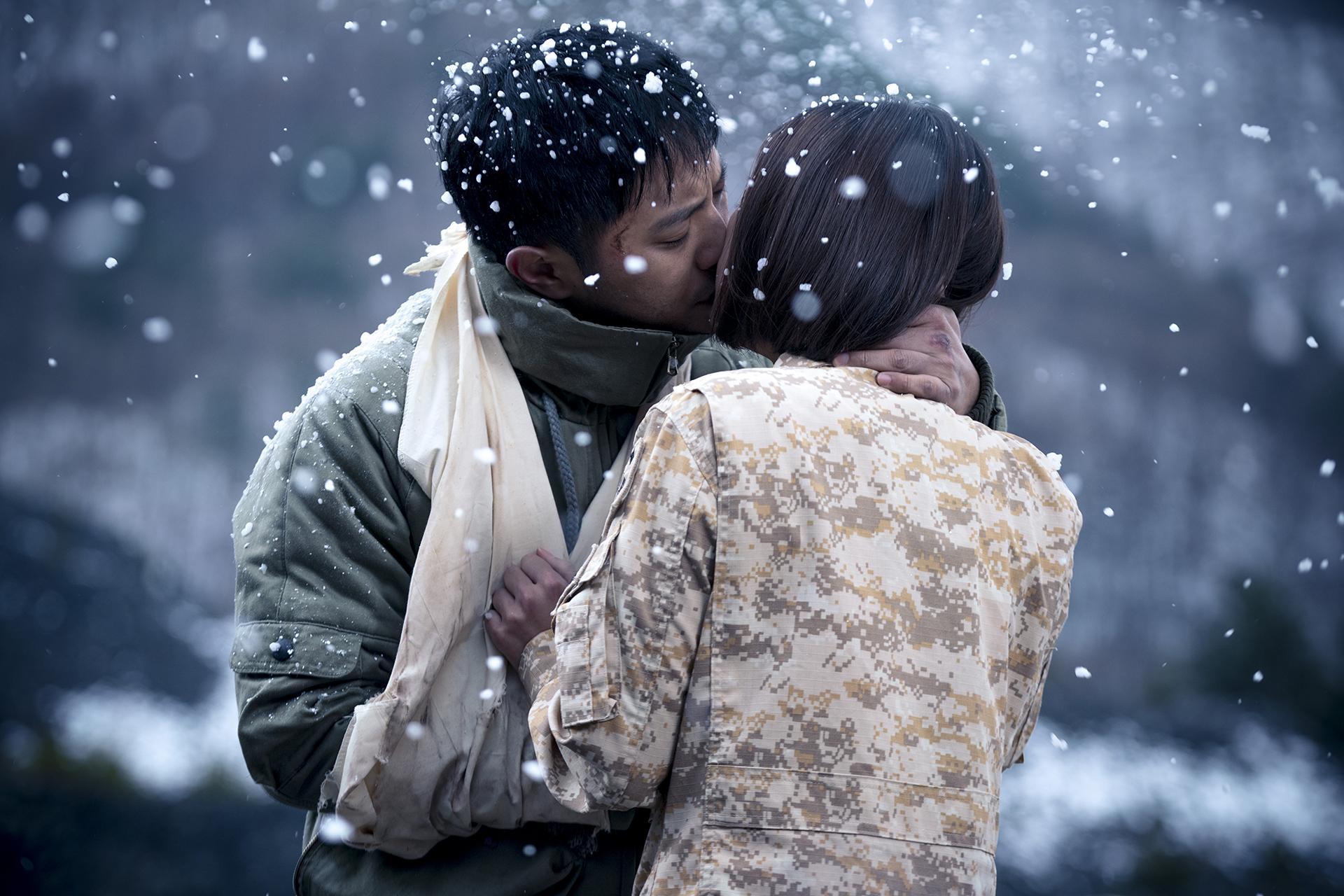 Hình ảnh tình yêu lãng mạn hôn nhau giữa trời tuyết rơi
